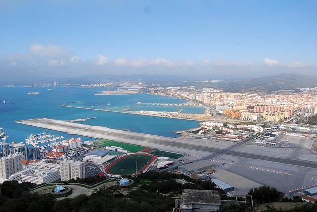 Aeroporto de Gibraltar: Avenida cruza pista dos aviões [Foto: Rob - CC BY-ND 2.0]