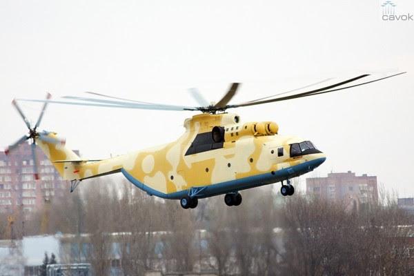 El primer helicóptero de transporte Mi-26T2 serie, construido en Rostvertol a Argelia durante su primer vuelo estacionario. (Foto: aviaforum)