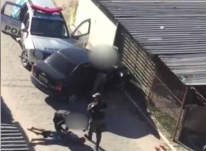 Agressões praticadas por policiais foram registradas em vídeo. Foto: TV Jornal/Reprodução