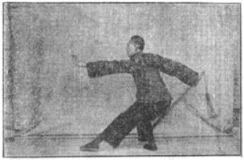《昆吾劍譜》 李凌霄 (1935) - posture 4