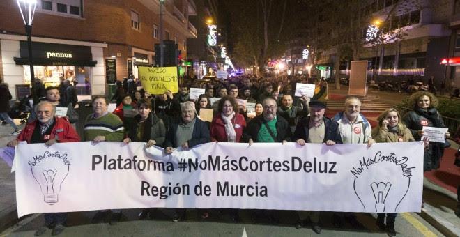 Unas 500 personas se han manifestado en Murcia para exigir el fin de las tarifas abusivas de las compañías eléctricas, la prohibición de los cortes de luz a las familias sin recursos y la creación de una tarifa social para los más desfavorecidos. EFE/Marc