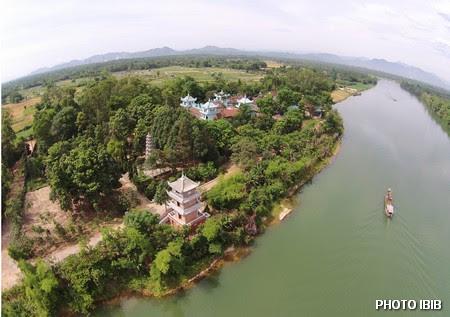 Tu viện Long Quang cạnh giòng sông Bồ - Hình PTTPGQT