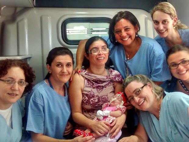 Equipe médica acompanha a mãe na saída de Sophya do hospital em Jacareí. (Foto: Divulgação/Hospital São Francisco)