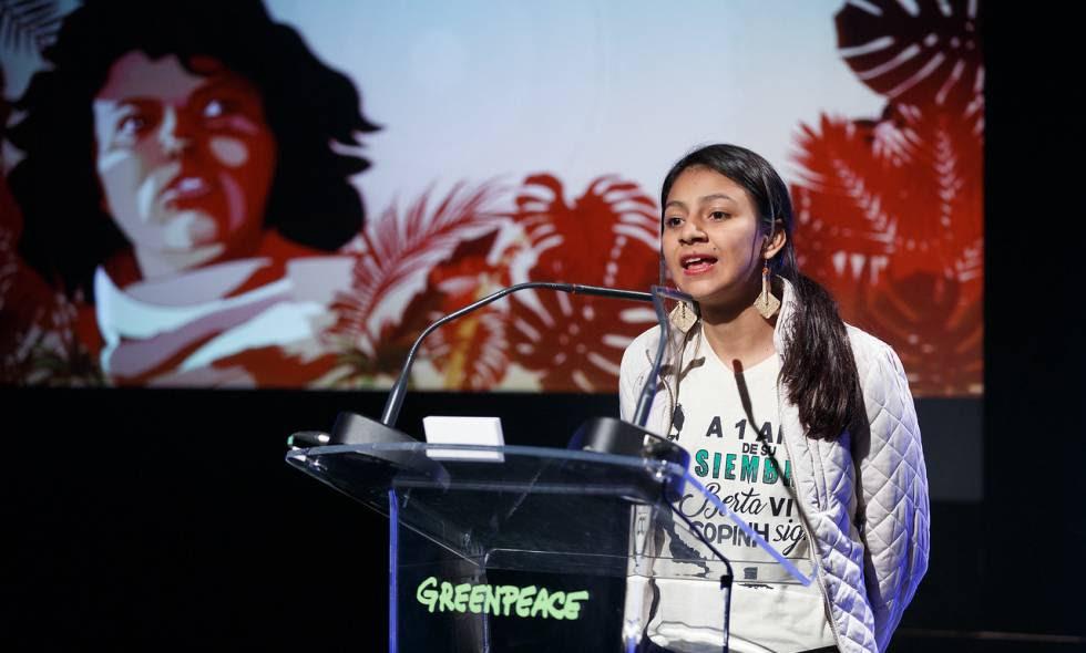 Laura Zuniga, hija de Berta Cáceres, ambientalista asesinada hace un año en Honduras, recoge un premio otorgado a su madre en Madrid.