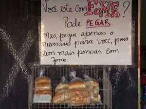 Cartaz diz que é para pessoas com fome (Foto: Reprodução/ TV Grande Rio)