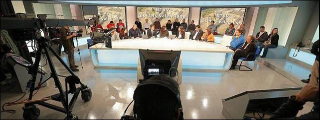 Trabajadores de Radiotelevisión Valenciana emiten en directo desde el estudio 3 del centro de producción de Burjassot.