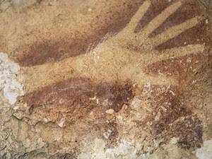 Formato de mão é visto em caverna na Indonésia (Foto: AP Photo/Kinez Riza, Nature Magazine)