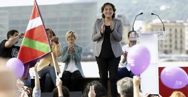La alcaldesa de Barcelona, Ada Colau (c), ha intervenido hoy en la campaña electoral vasca para mostrar su apoyo a la candidata a lehendakari de Elkarrekin Podemos, Pili Zabala (2-i), en un acto político en San Sebastián. EFE/