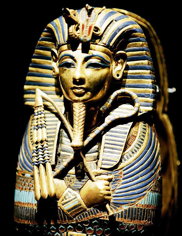 Detalhe do minissarcófago usado para abrigar vísceras do faraó Tutancâmon, em Los Angeles (EUA); decoração tem vidro, ouro e pedras semipreciosas