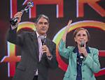 """Bonner ganha prêmio no """"Domingão"""" ao lado de Fernanda Montenegro"""