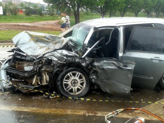 Carro cinza não estava com o farol ligado na hora do acidente (Foto: Luciane Cordeiro/ G1 Paraná)