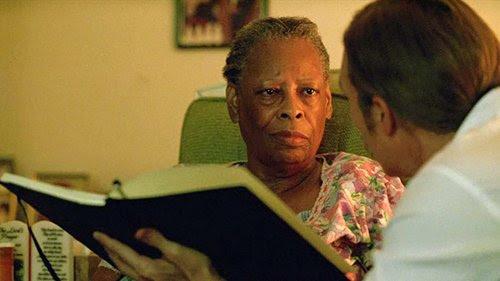 Quando os detetives visitar Delores Jackson, um ex-empregada que trabalhou para Tuttle, também vemos sinais de controle da mente.