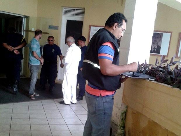 Peritos do Itep coletam impressões digitais em materiais manuseados pelos criminosos (Foto: Divulgação/Itep)