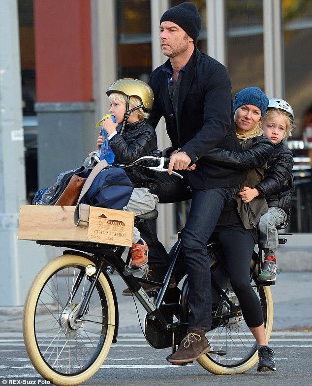 E quanto a segurança primeiro?  Embora seus garotos loiros usassem capacetes, Naomi e Liev optaram por sair deles