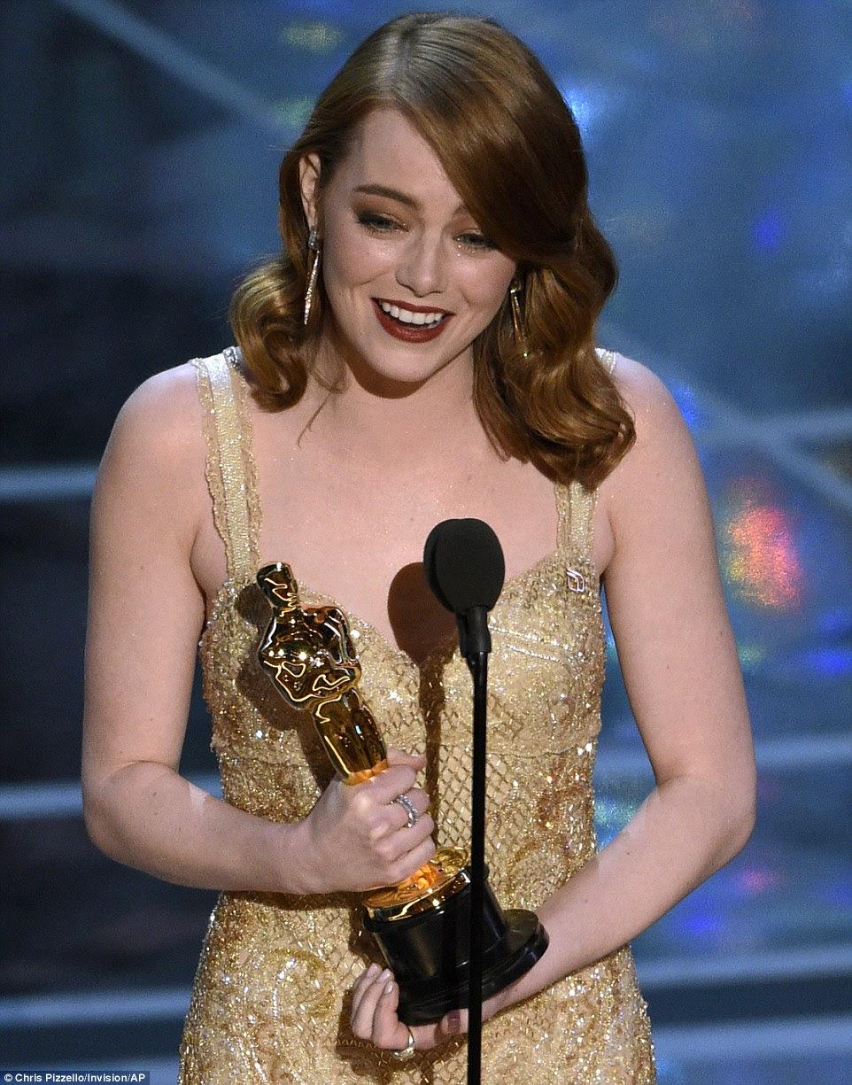 É uma honra: Emma lágrimas aceitaram o Oscar de Melhor Atriz no domingo em Hollywood