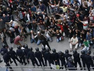 Congresso sotto assedio a Madrid Scontri tra polizia e indignados