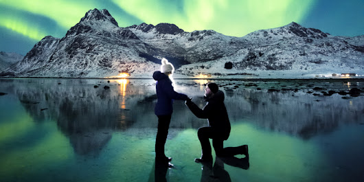 A photographer has captured the striking moment that he proposed to his girlfriend under the Northern Lights
