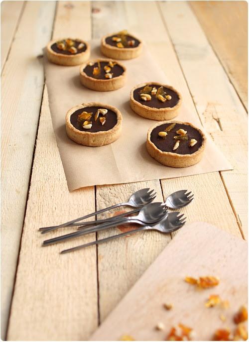 Tarte noisette au chocolat fondant, crème caramel et pignons caramélisés