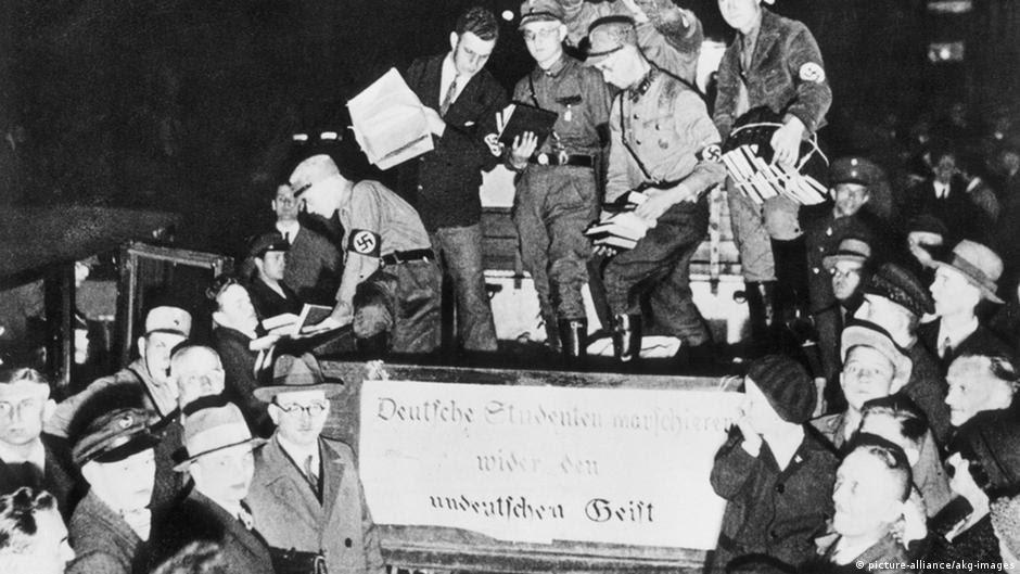 Φοιτητές με ναζιστικές στολές μεταφέρουν βιβλία...