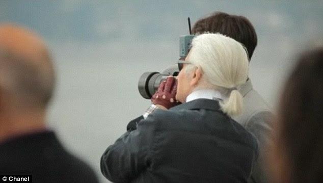 Multi-tasker: Karl Lagerfeld levou as fotos para a campanha de pronto-a-vestir-se