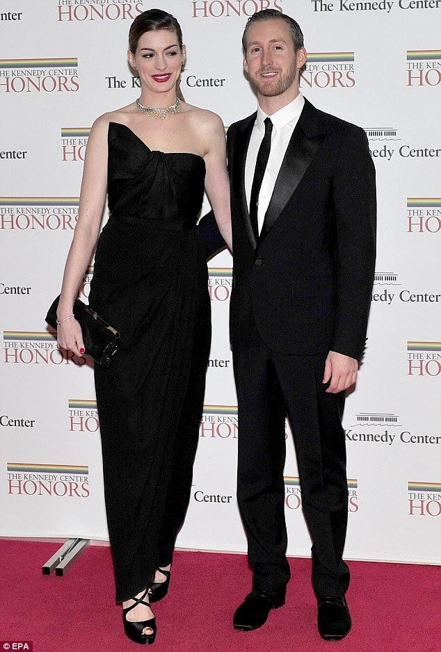 Tapete vermelho debut: Anne Hathaway e Adam Shulman fazer sua estréia no tapete vermelho como um casal de noivos em um jantar de gala para Honorees Kennedy Center no Departamento de Estado dos EUA em Washington ontem à noite