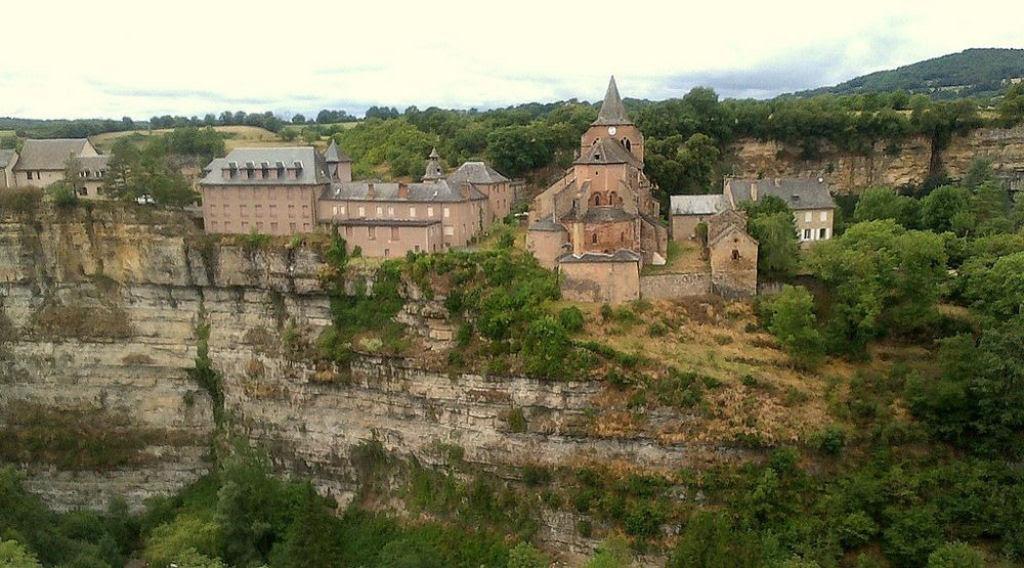 Bozouls: Uma cidade francesa empoleirada acima de um buraco 08