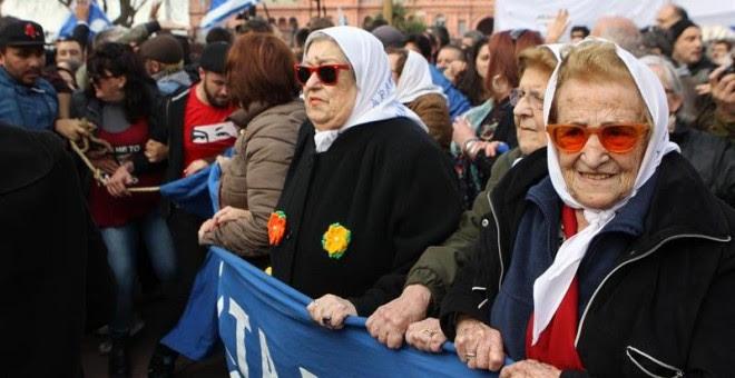 La presidenta de la asociación argentina Madres de Plaza de Mayo, Hebe de Bonafini (2d), se negó a declarar ante el juez y acudió a la Plaza de Mayo, donde fue respaldad por cientos de argentinos en Buenos Aires (Argentina).  EFE/Alberto Ortiz