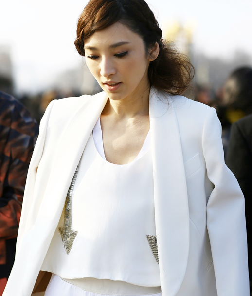 LE FASHION BLOG CRISP WHITE JACKET BLAZER TUXEDO STYLE OVER THE SHOULDER BRAIDED SIDE BRAID HAIR SEQUIN EMBELLISHED ARROW TOP PARIS FASHION WEEK PFW 2013 STREET STYLE PHIL OH VOGUE MAGAZINE