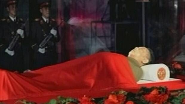 http://www.cbc.ca/gfx/images/news/topstories/2011/12/20/li-kim-jong-il-body-rtr2vgx.jpg