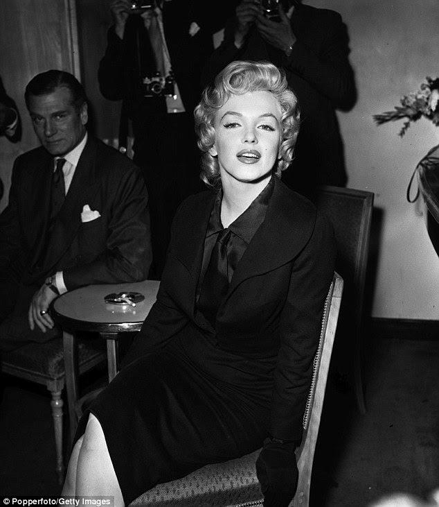 Participando de uma conferência de imprensa 1956, Savoy Hotel de Londres com o ator britânico Laurence Olivier