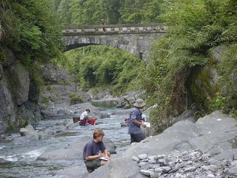 Los investigadores recogen muestras de roca en el sur de China. | M. Kennedy, UC Riverside