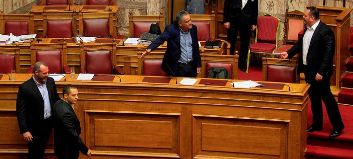 Χαμός στη Βουλή: Τραμπουκισμοί Χρυσής Αυγής κατά ΚΚΕ-ΣΥΡΙΖΑ- Βαρεμένος: Φωνάξτε τον Φρούραρχο [εικόνες&βίντεο]