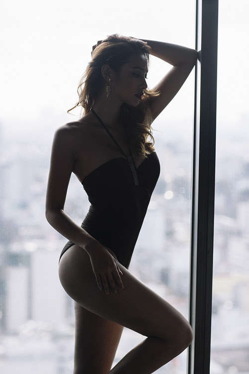 lilly-nguyen-pho-dang-goi-cam-voi-body-suit-2