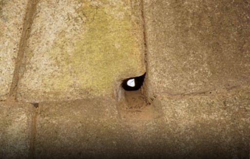 Uno de los pequeños agujeros en los muros de Machu Picchu.