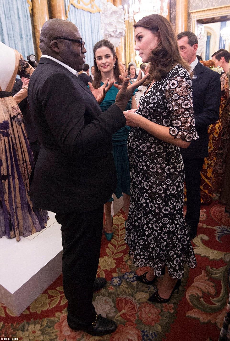 Caras elegantes: a Duquesa ficou profundamente conversa enquanto conversava com o novo editor britânico Edward Enninful