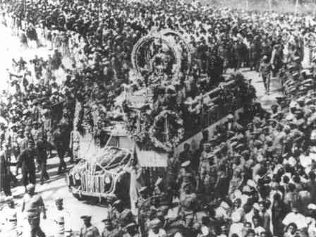 Το ειδικά διαμορφωμένο όχημα με τη σωρό του Γκάντι, έσερναν πενήντα άνθρωποι