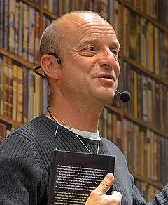 Jonas Gardell pratar om sin bok Torka aldrig tårar utan handskar: 1. Kärleken, på Akademibokhandeln i Stockholm september 2012.