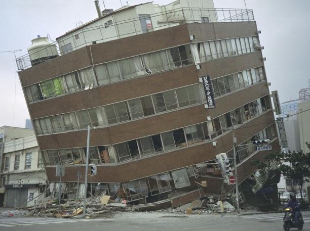 Immeuble détruit par un tremblement de terre au Japon