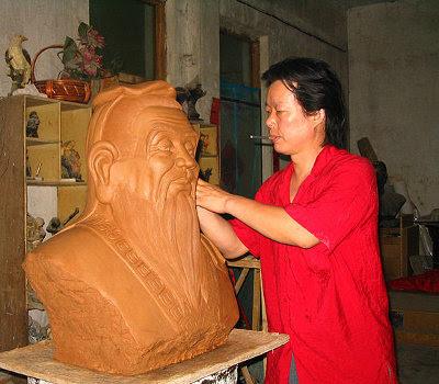 http://commons.wikimedia.org/wiki/File:%E5%AD%94%E5%AD%90%E8%82%96%E5%83%8F%E6%B3%A5%E7%A8%BFMud_draft_sculpture_of_Confucius_portrait.jpg