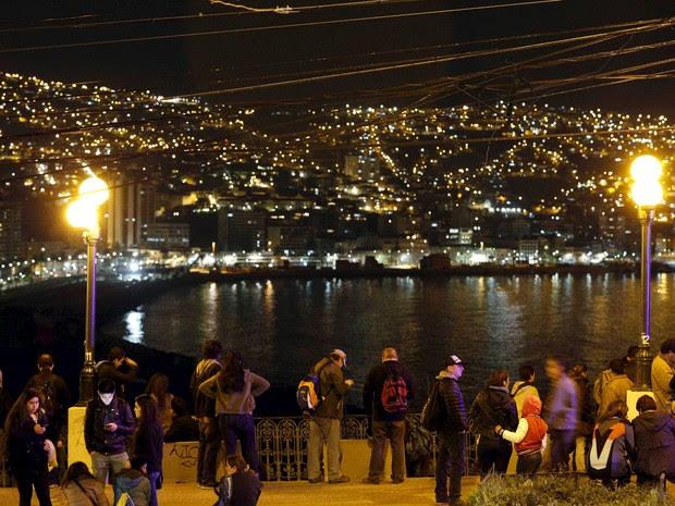 Pessoas em Valparaíso, no litoral do Chile, após alerta de tsunami (Foto: Rodrigo Garrido/AFP)