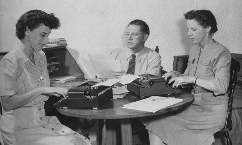 Stanley Gardner con dos de sus secretarias