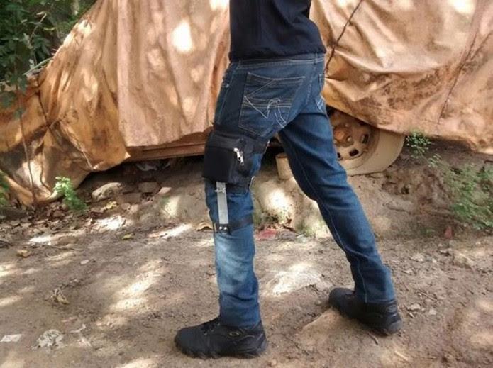 Bateria e gerador ficam presos em um case acoplado à perna (Foto: Divulgação/Projeto Ônix)
