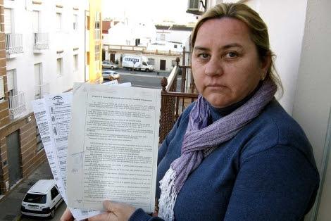 La madre de la joven, Manuela González, con la denuncia de la Guardia Civil. | Efe