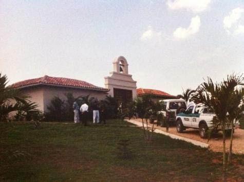 """La police garde la villa """"Cactus""""."""