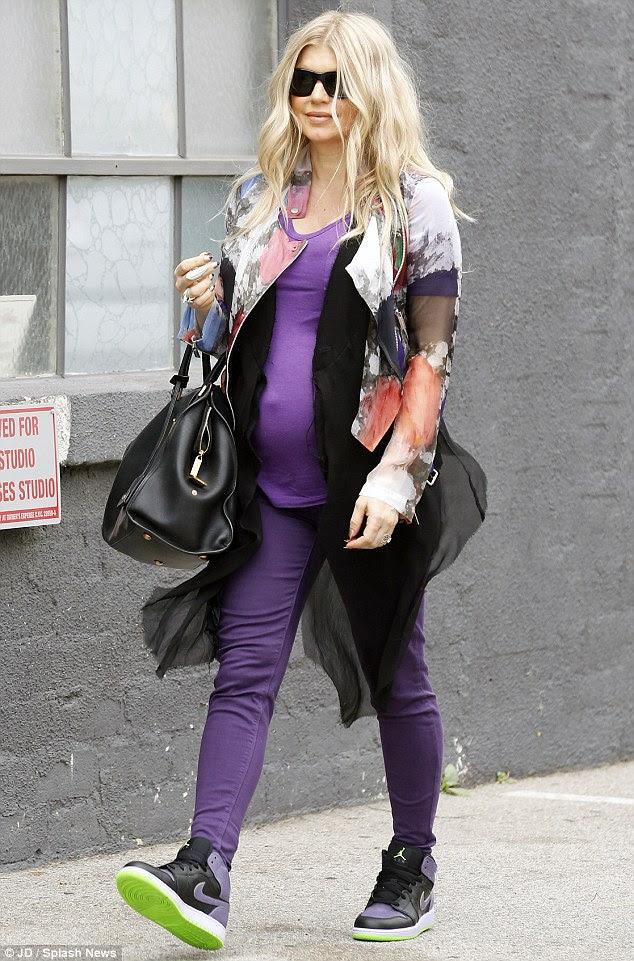 Bir Black Eyed Pea olduğunuzda kim annelik vites ihtiyacı var?  Fergie görünümlü, Salı günü her şey ama doğum kıyafetleri giyen bir Santa Monica müzik stüdyosu haline başlı çarpıcı ve mutlu