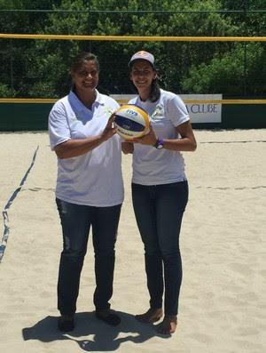 Cida ao lado da jogadora Duda, que será treinada por Letícia Pessoa agora (Foto: Gabriel Fricke)