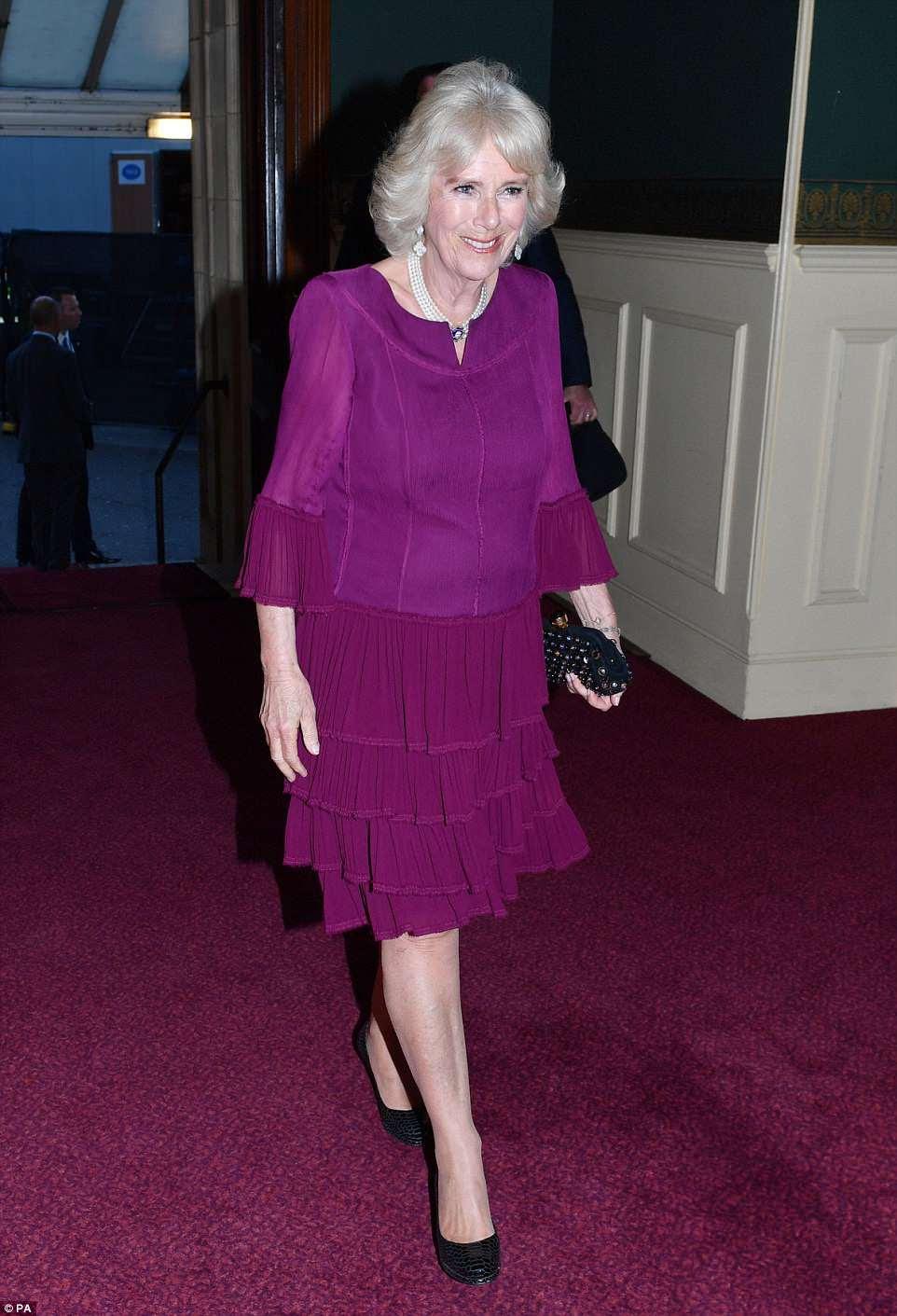 Camilla, a duquesa da Cornualha, optou por um vestido de noite com uma tonalidade profunda e combinou com sapatos pretos