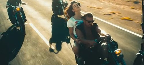 """No passeio de vídeo, Lana encontra """"felicidade"""" por ficar íntimo com um bando de estranhos que não parecem se importar muito com ela.  Enquanto o vídeo foi acusado de glamourizar a prostituição, mas também descreve o estado mental estranho de um gatinho Beta."""