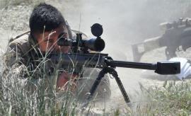 Tirador de precisión realizando disparos