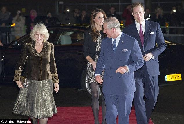Com os sogros: Kate e William fizeram o seu caminho ao longo do tapete vermelho com o Príncipe de Gales ea Duquesa da Cornualha